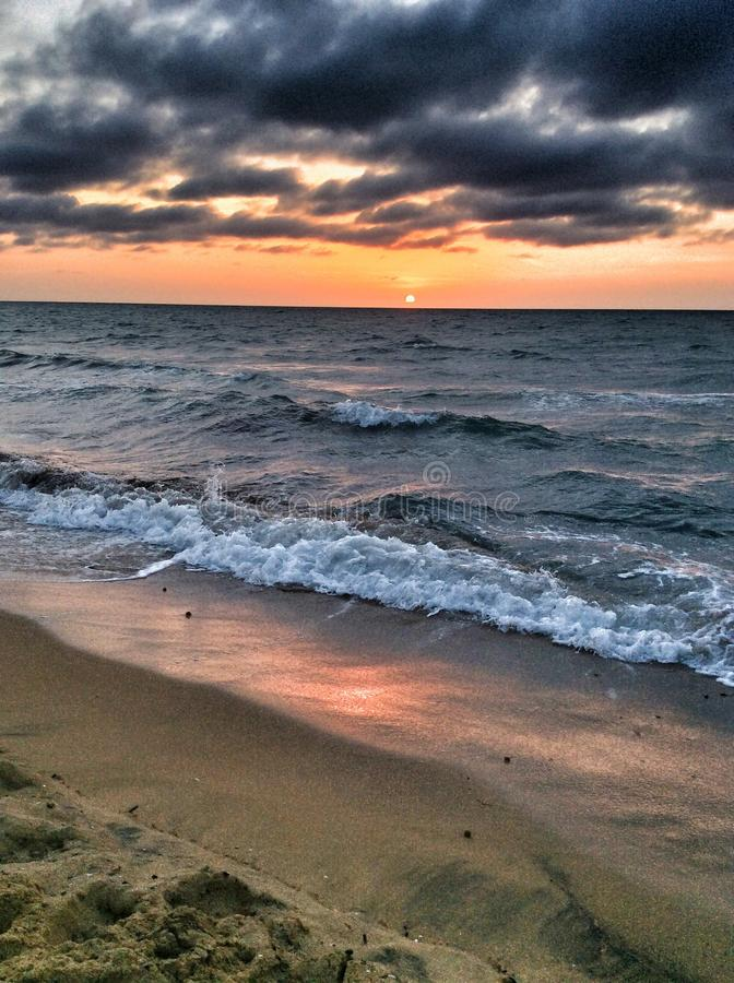 Tempesta sul mare al tramonto immagine stock libera da diritti