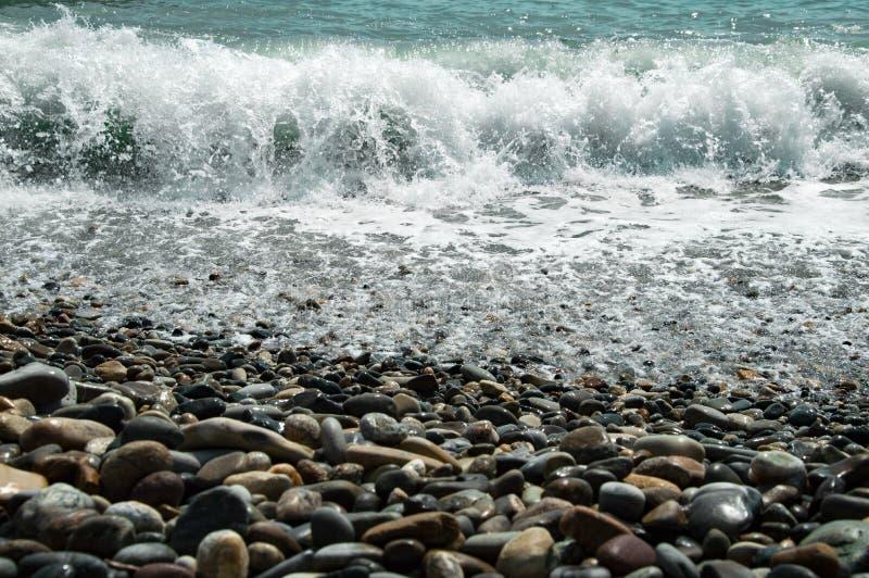Tempesta sulla spiaggia del mare di grandi ciottoli fotografia stock
