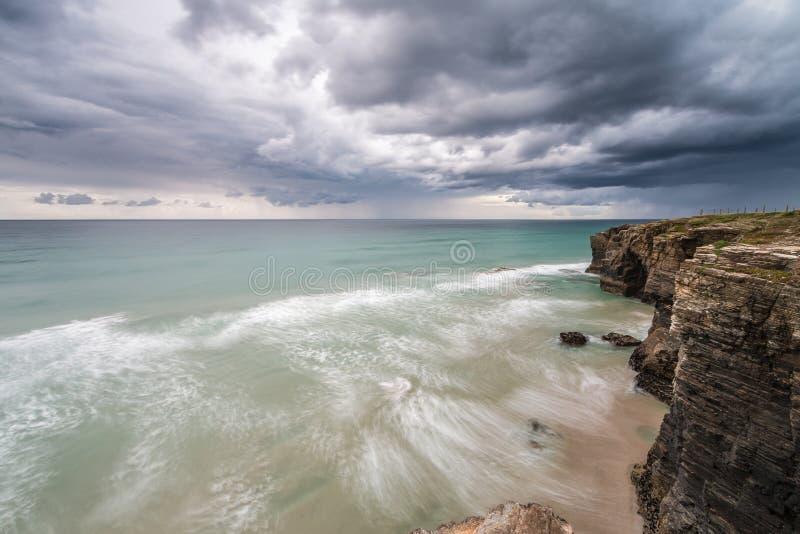 Tempesta sulla spiaggia delle cattedrali immagini stock