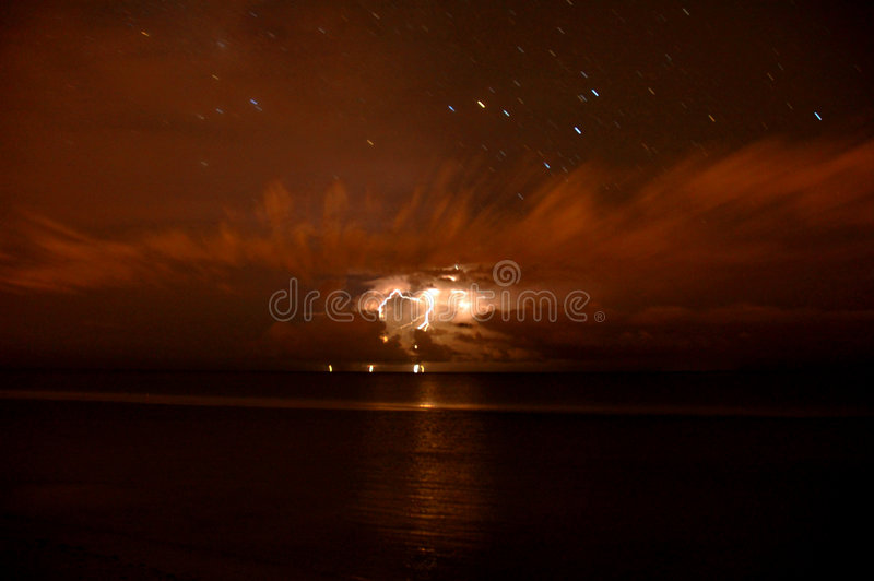 Download Tempesta A Tarda Notte Del Lampo Fotografia Stock - Immagine di nubi, offshore: 213486