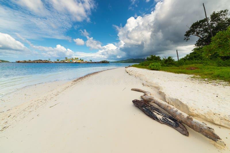 Tempesta tropicale al largo sulla linea costiera indonesiana e sulla spiaggia scenica fotografie stock libere da diritti