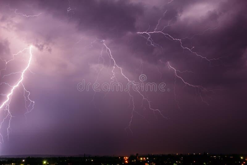 Tempestad de truenos con el relámpago en el cielo sobre una pequeña ciudad fotos de archivo libres de regalías