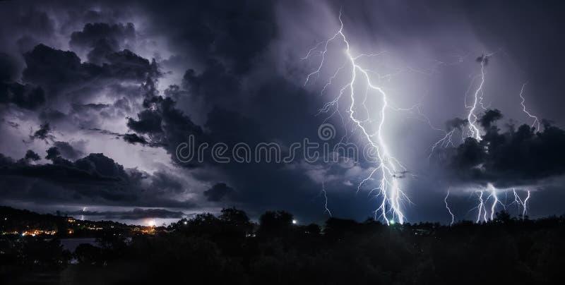 Tempestad de truenos con los rayos en la isla tailandesa fotografía de archivo