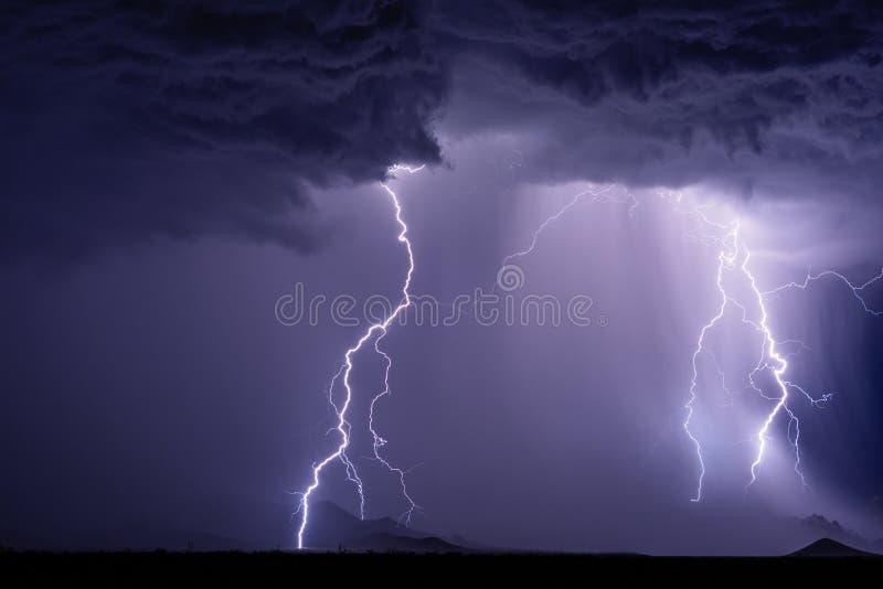 Tempestad de truenos con los rayos que pegan las montañas del Dragoon imágenes de archivo libres de regalías