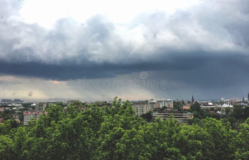 Tempestad de truenos debajo de la ciudad imagen de archivo libre de regalías