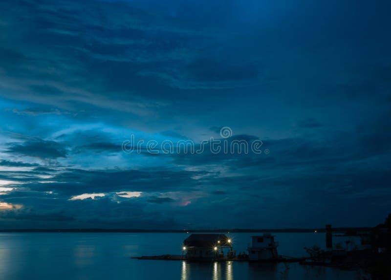 Tempestad de truenos del río Amazonas en la oscuridad fotos de archivo