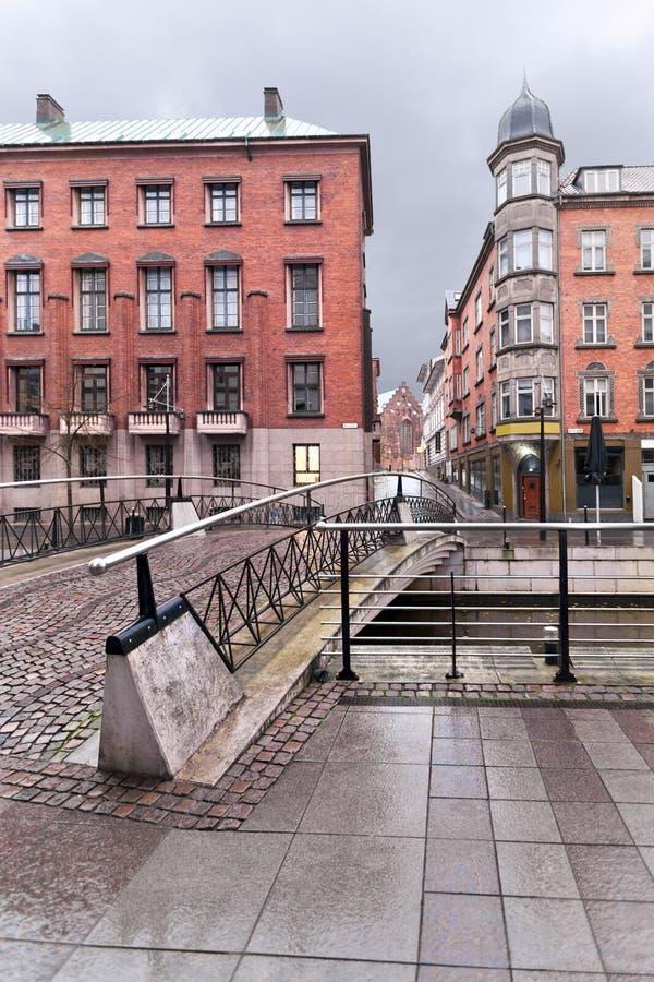 Tempestad de truenos en el canal en una ciudad europea con vieja y nueva arquitectura Rhus de Ã…, fotografía de archivo libre de regalías