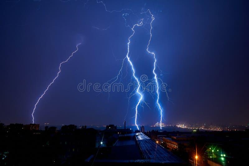Tempestad de truenos en la ciudad en la belleza oscura del verano del relámpago de la noche fotografía de archivo libre de regalías