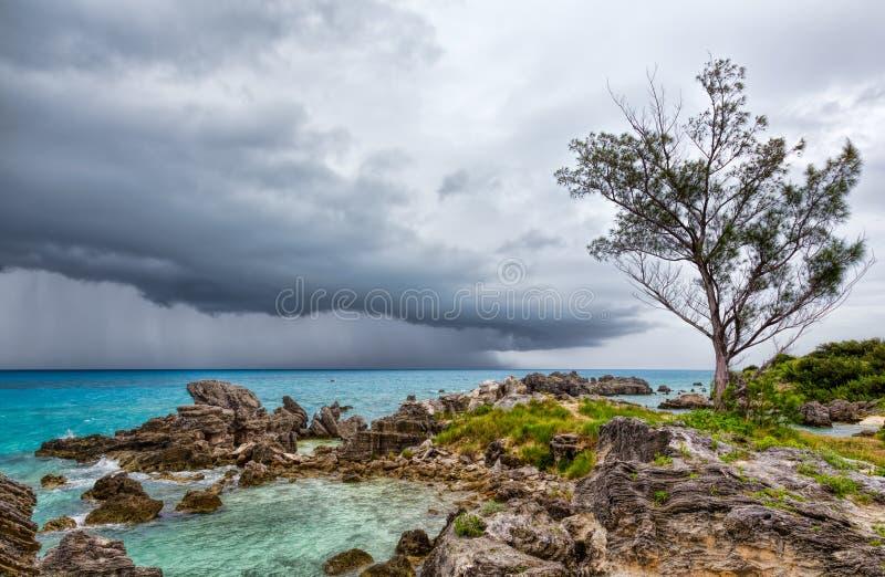 Tempestad de truenos en la playa de la bahía del tabaco en el ` s Bermudas de San Jorge fotografía de archivo