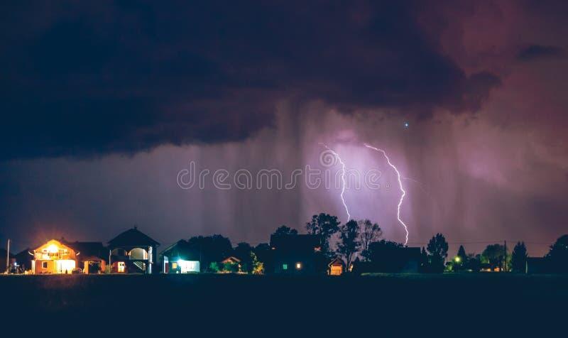 Tempestad de truenos fuerte con lluvia sobre la calle del pueblo imágenes de archivo libres de regalías