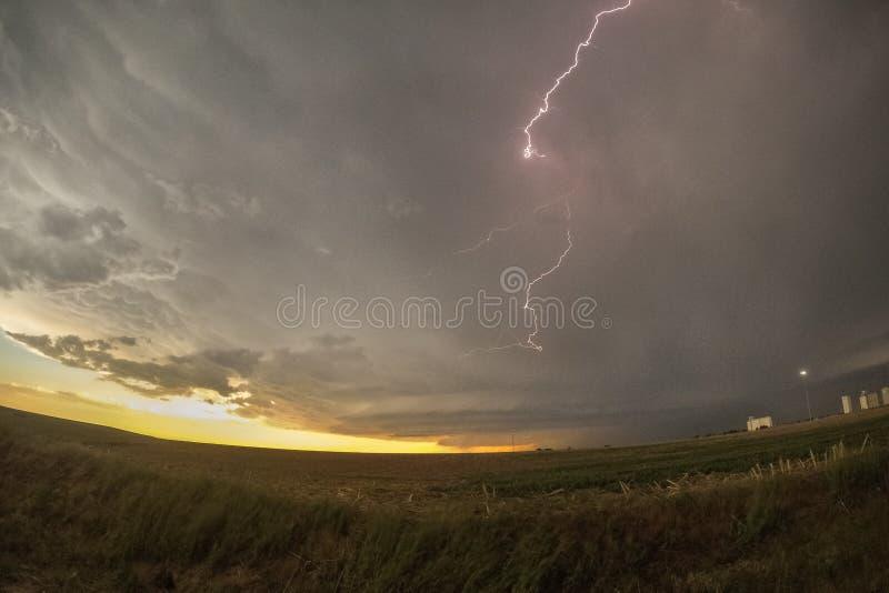 Tempestad de truenos giratoria del Supercell en la puesta del sol con el rayo sobre Colorado fotos de archivo libres de regalías