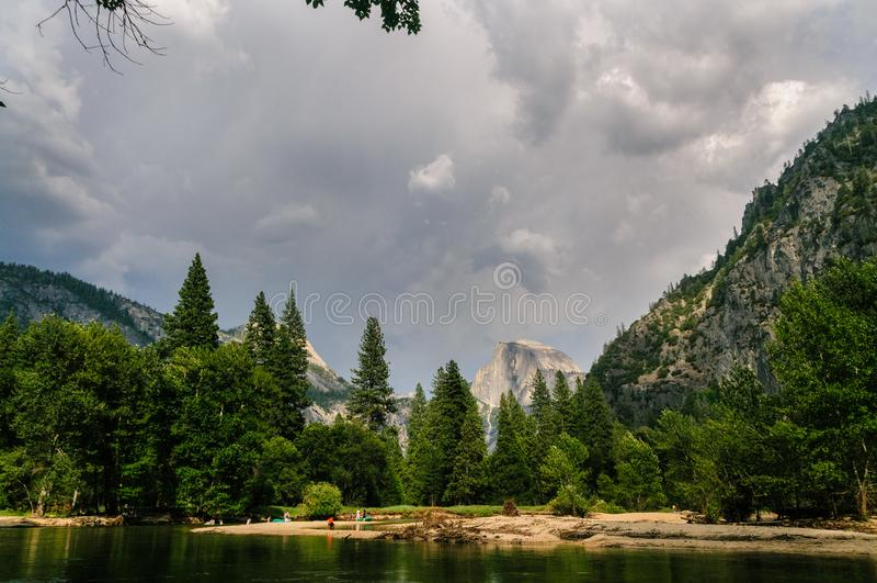 Tempestad de truenos inminente sobre el valle de Yosemite imagen de archivo libre de regalías
