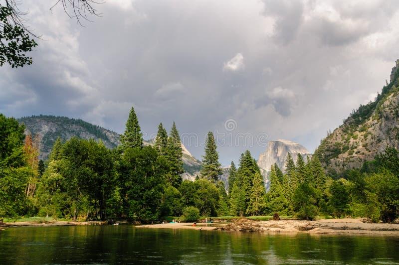 Tempestad de truenos inminente sobre el valle de Yosemite imágenes de archivo libres de regalías