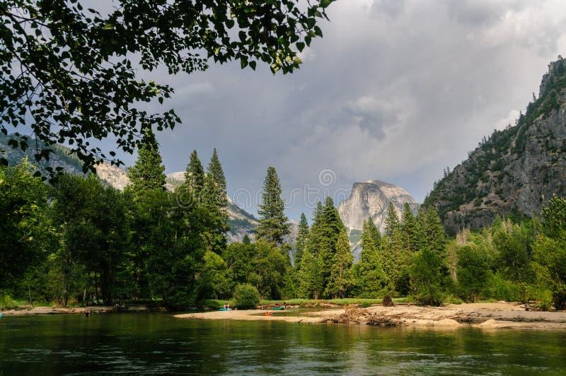 Tempestad de truenos inminente sobre el valle de Yosemite fotografía de archivo