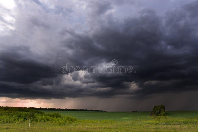 Tempestad de truenos sobre campos en zonas rurales imagenes de archivo