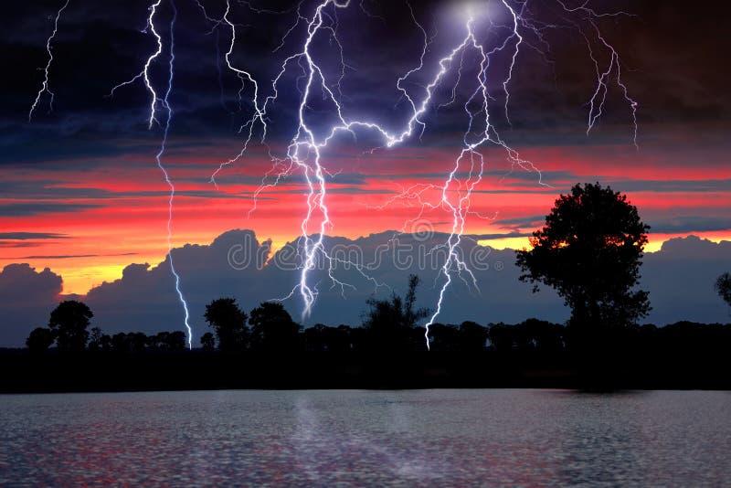 Tempestad de truenos sobre el lago y espacio vacío para el texto imagenes de archivo