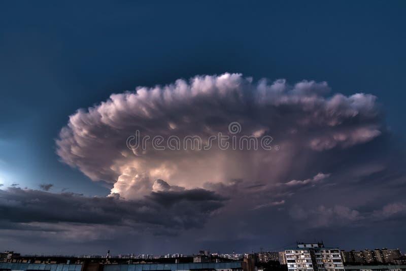 Tempestad de truenos sobre la ciudad en una tarde caliente del verano foto de archivo