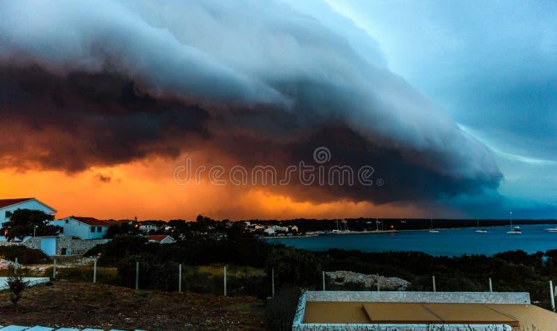 Tempestad de truenos sobre la pequeña isla de Silba en el mar adriático foto de archivo
