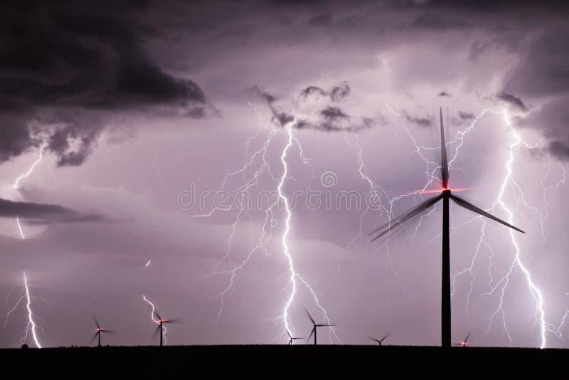 Tempestad de truenos sobre un parque eólico que representa la energía renovable fotografía de archivo
