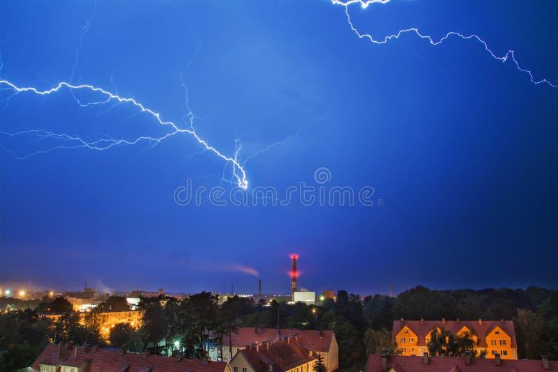 Tempestade acima da cidade, relâmpago foto de stock