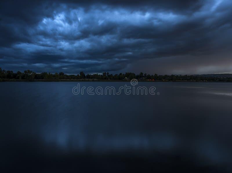 Tempestade azul sobre o lago fotografia de stock royalty free