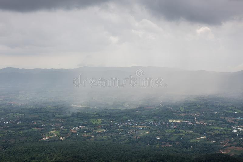 Tempestade da chuva no Hod do zumbido de Pha, Thung Bua Sawan Thung Dok Krachieo - Chaiyaphum, Tailândia imagens de stock royalty free