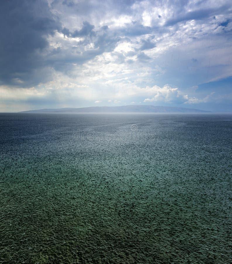 Tempestade da chuva sobre o mar de adriático na Croácia imagens de stock royalty free