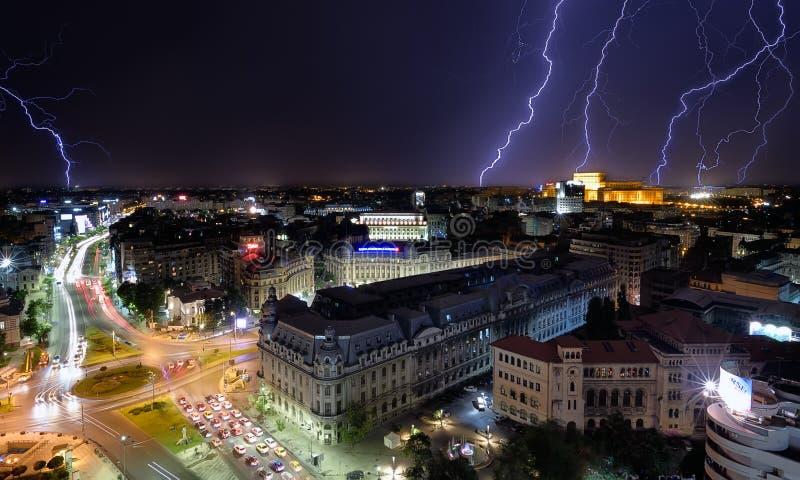 Tempestade da luz do quadrado da universidade do centro da cidade de Bucareste fotografia de stock royalty free