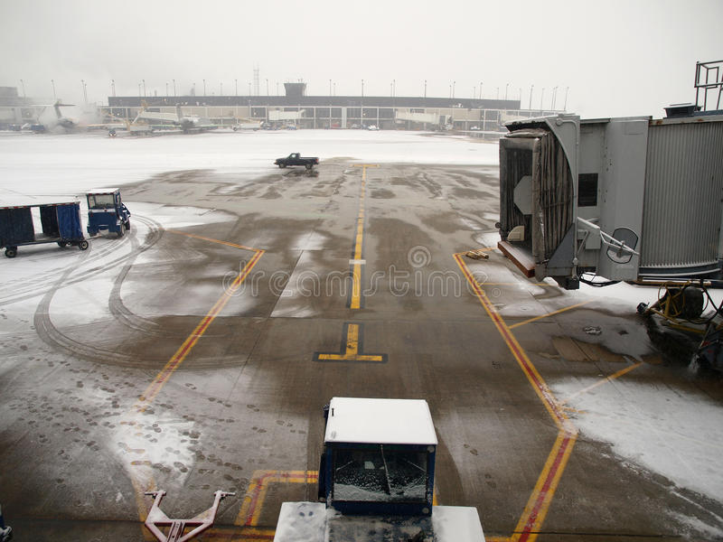 Tempestade da neve do aeroporto imagens de stock