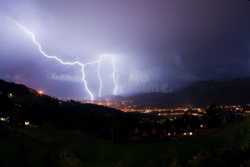 Tempestade da noite nas montanhas imagem de stock