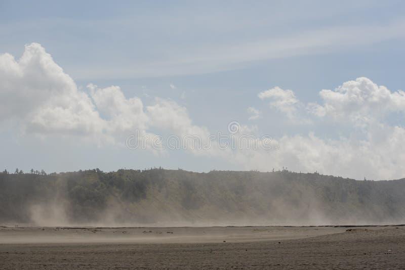Tempestade de areia no deserto na montanha Java de Bromo, Indonésia fotos de stock royalty free