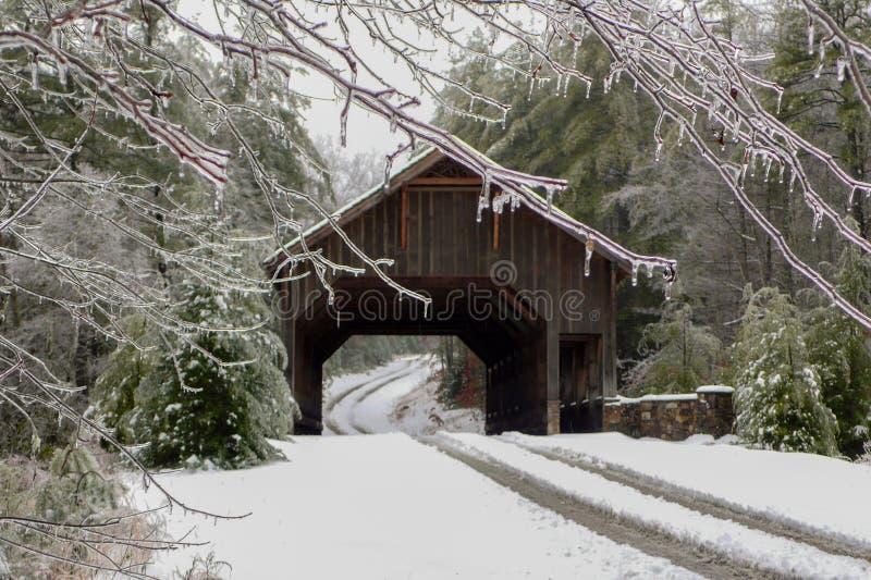 Tempestade de gelo em uma ponte coberta foto de stock
