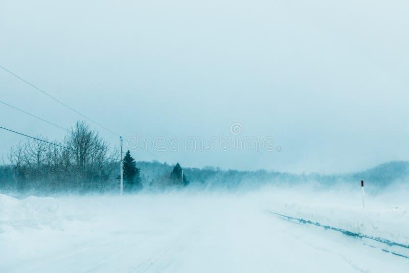 Tempestade de neve louca e neve de sopro na estrada em Canadá imagens de stock royalty free