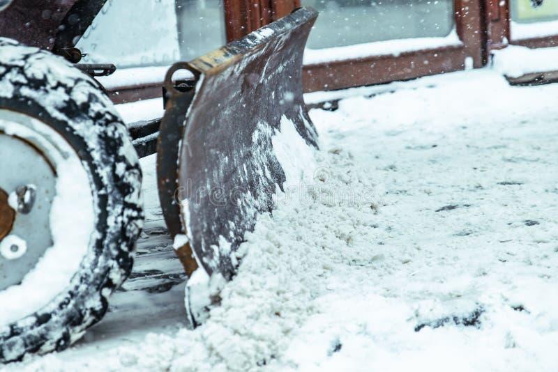Tempestade de neve na cidade ruas de limpeza da neve imagens de stock royalty free