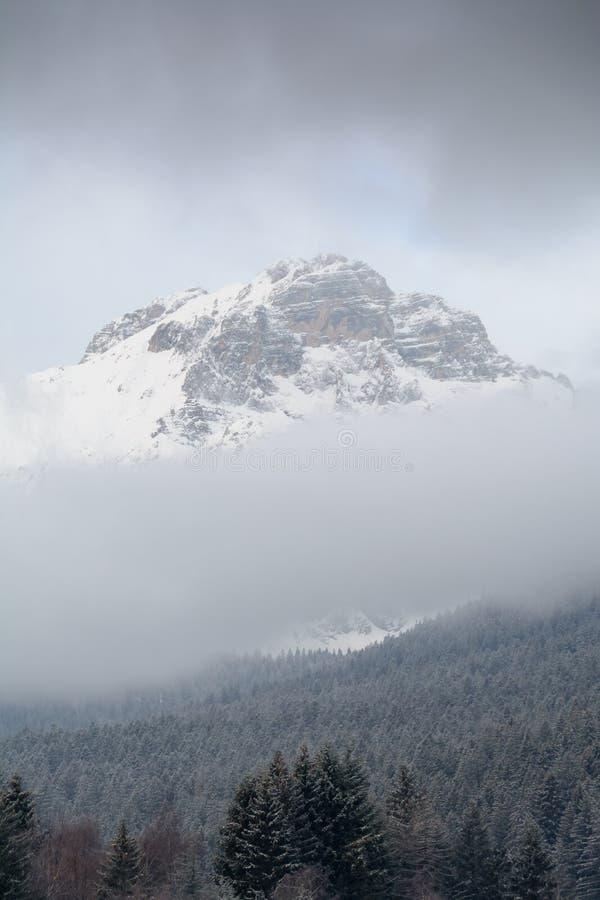 Tempestade de neve sobre Paganella Mountain em Dolomites, Itália fotografia de stock
