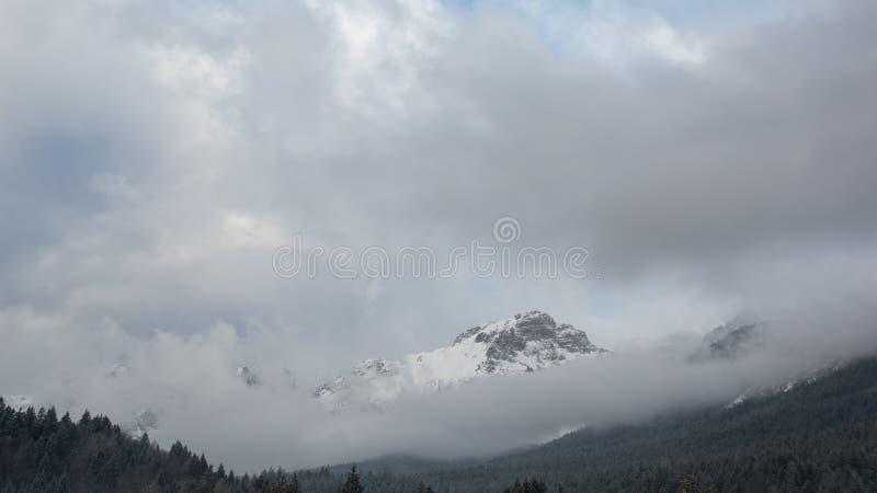 Tempestade de neve sobre Paganella Mountain em Dolomites, Itália imagem de stock