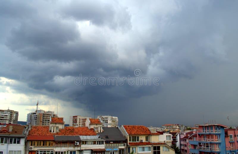 Tempestade de vinda sobre a cidade fotos de stock royalty free