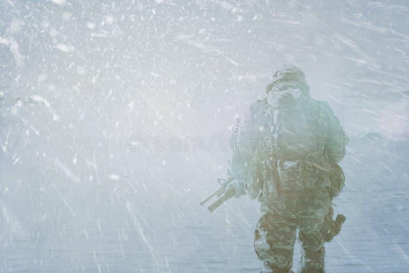Tempestade do inverno do soldado imagem de stock
