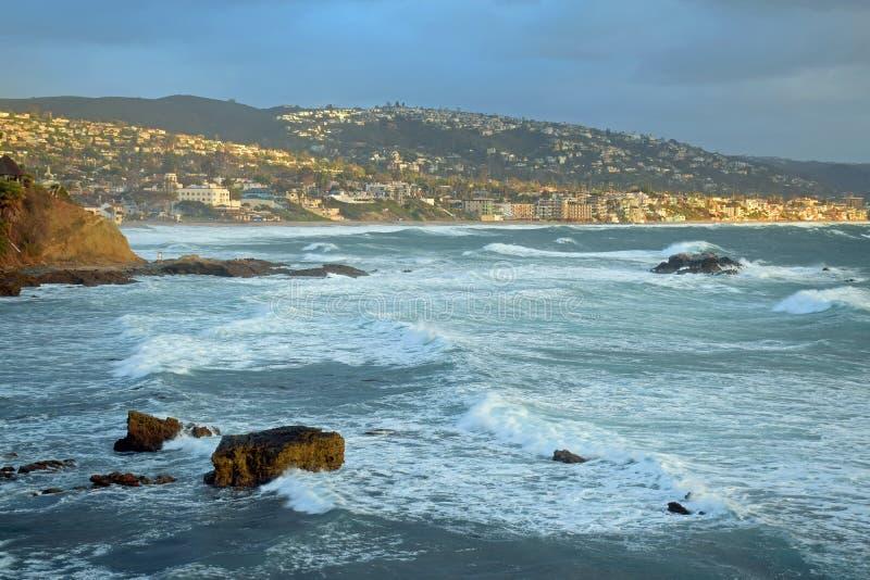 Tempestade do inverno na praia da pilha da rocha abaixo do parque no Laguna Beach, Califórnia de Heisler fotografia de stock royalty free
