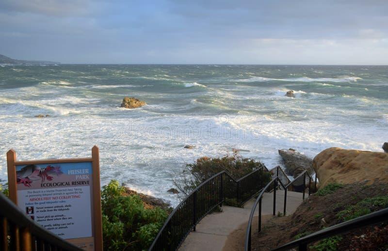 Tempestade do inverno na praia da pilha da rocha abaixo do parque no Laguna Beach, Califórnia de Heisler foto de stock