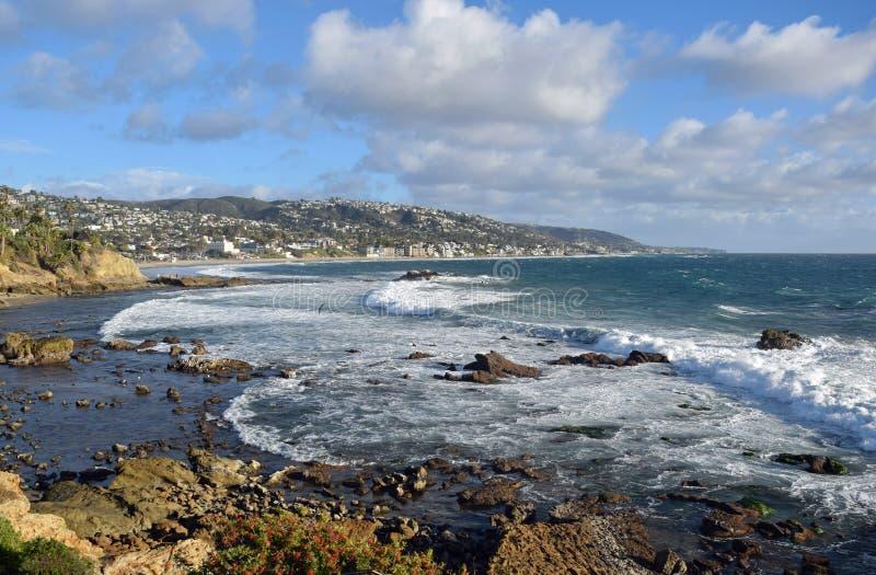 Tempestade do inverno na praia no Laguna Beach, Califórnia da pilha da rocha fotos de stock royalty free