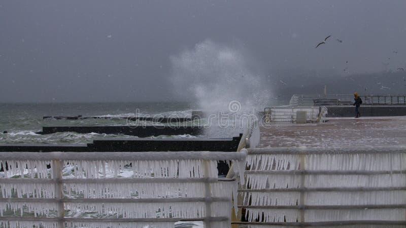 Tempestade do inverno que raging sobre um cais no Mar Negro foto de stock