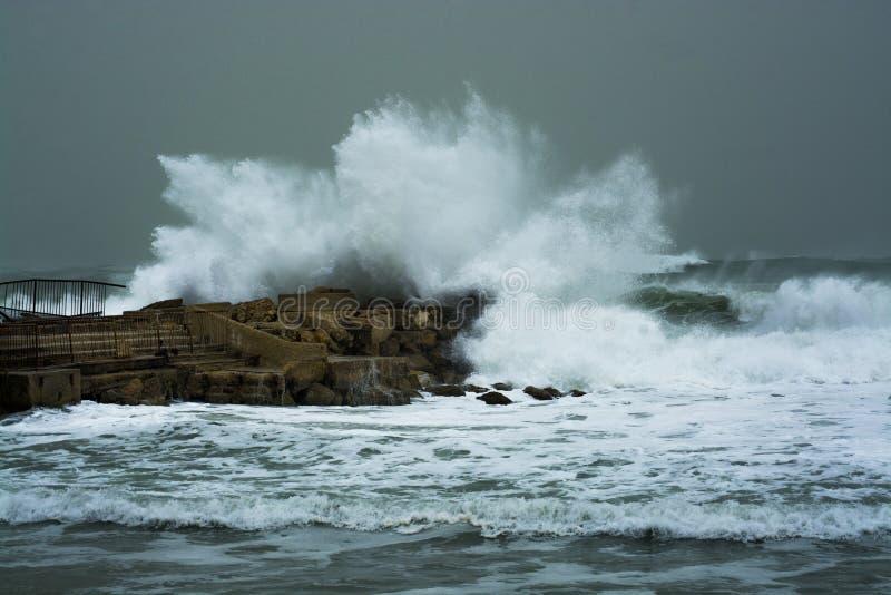 A tempestade do mar acena deixar de funcionar e espirrar contra o molhe fotografia de stock royalty free
