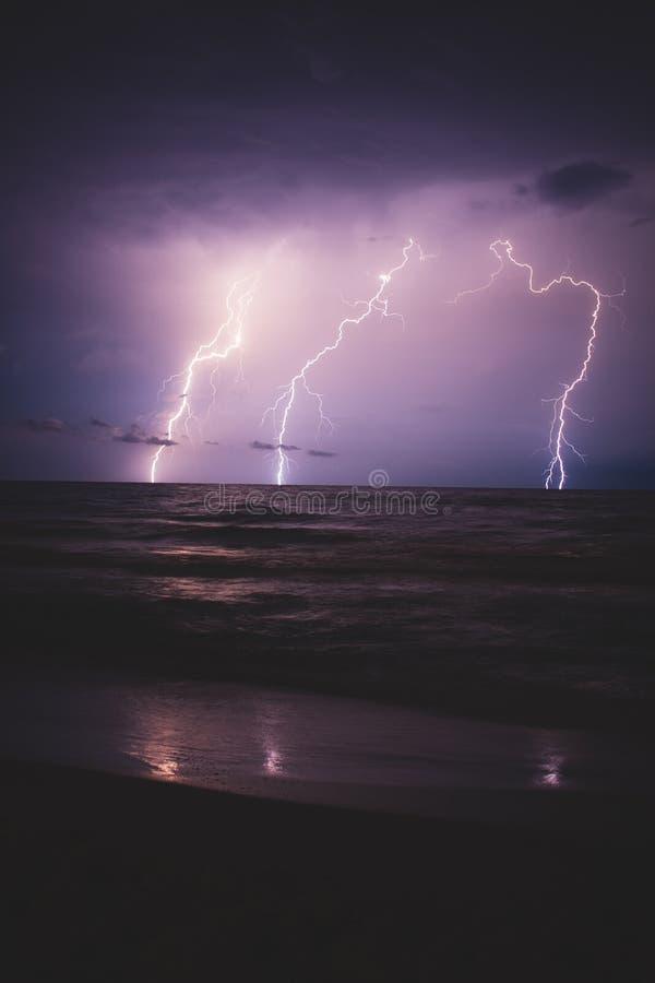 Tempestade do relâmpago sobre o mar, aproximando-se à costa imagens de stock royalty free