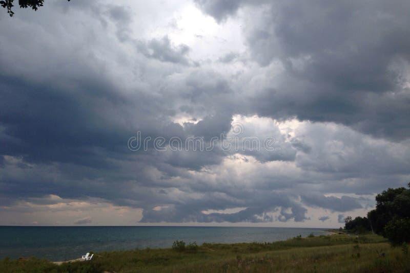 Tempestade do trovão sobre o lago imagem de stock