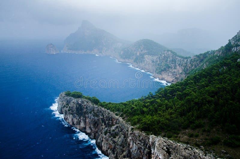 Tempestade do verão que aproxima a costa no tampão Formentor, Mallorca, Espanha imagens de stock royalty free