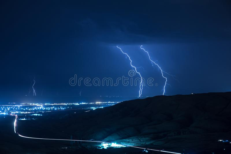 Tempestade do verão que traz o trovão, os relâmpagos e a chuva fotografia de stock
