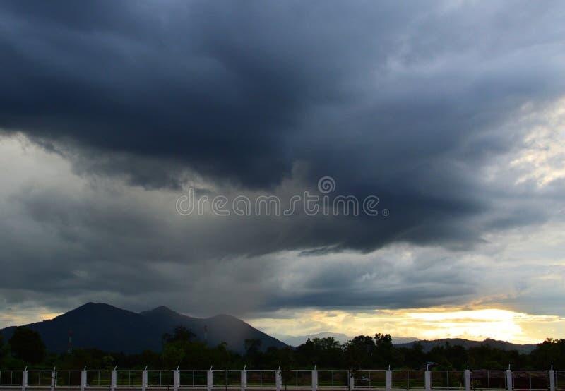 Tempestade e por do sol fotografia de stock