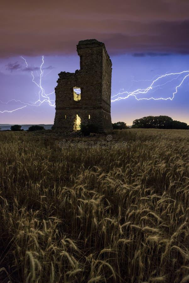Tempestade elétrica sobre um castelo velho imagem de stock