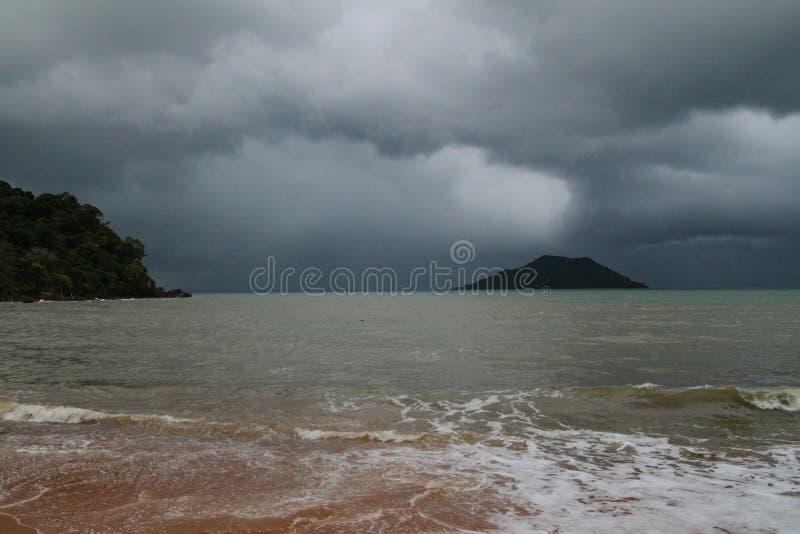 A tempestade em tropical no mar em Tailândia imagem de stock